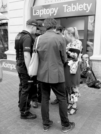 Performance by Hortense Gauthier _ avril 2013 _ Krakow (Poland) > police interruption